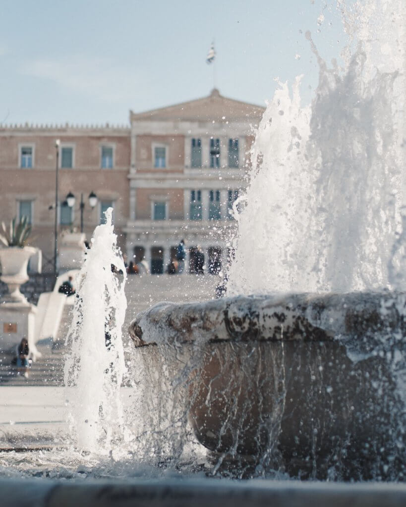 The fountain of Syntagma with the parliament in the background - La Vie En Marine